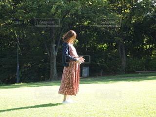 マタニティフォト 公園で赤ちゃんと日光浴の写真・画像素材[4868012]