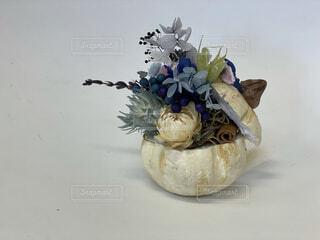 テーブルの上に座る花で満たされた花瓶の写真・画像素材[4909118]