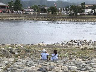 川辺でおにぎりの写真・画像素材[4872989]