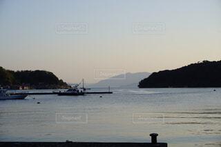 水の体の隣にある湖の上のボートの写真・画像素材[4876279]