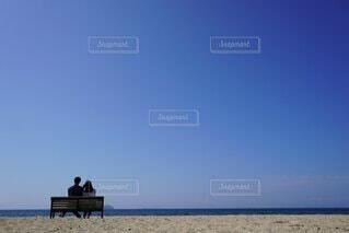 砂浜の上に座っている人の写真・画像素材[4876513]