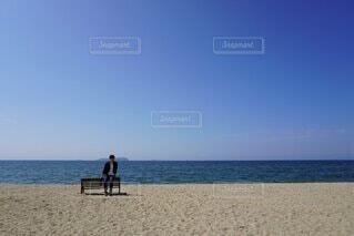 砂浜の上に立っている男の写真・画像素材[4876515]