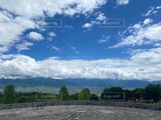 空と雲と山 自然の中での写真・画像素材[4869969]