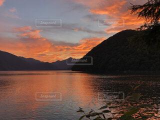 水の体に沈む夕日の写真・画像素材[4876080]