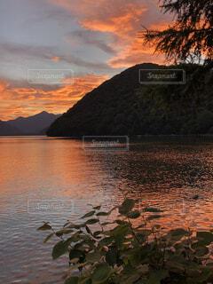 水の体に沈む夕日の写真・画像素材[4876088]