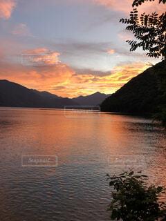 水の体に沈む夕日の写真・画像素材[4876089]