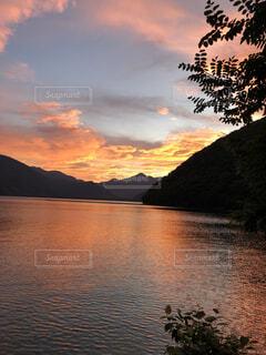 水の体に沈む夕日の写真・画像素材[4876099]