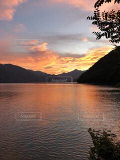 水の体に沈む夕日の写真・画像素材[4876098]