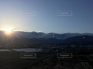 北アルプスと夕陽と街並みの写真・画像素材[4875647]