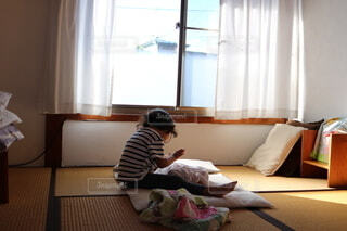 和室で赤ちゃんをあやす子どもの写真・画像素材[4884248]
