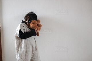 人形をもつ子どもの写真・画像素材[4899347]