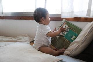 本をみている赤ちゃんの写真・画像素材[4924804]