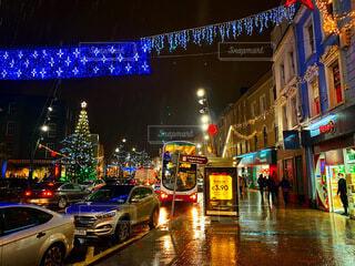 夜の賑やかな街 (クリスマス)の写真・画像素材[4869833]