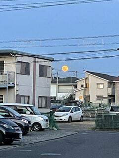 燃え盛る満月の写真・画像素材[4875248]