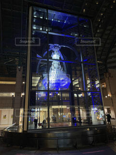 青く光るシャンデリアの写真・画像素材[4875259]