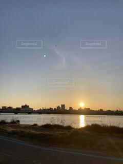 河川敷の朝日の写真・画像素材[4875539]