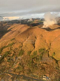 飛行機から見た山の写真・画像素材[4874745]