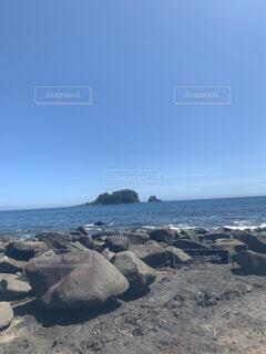 海の隣の岩場の写真・画像素材[4879112]