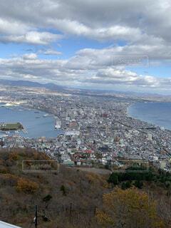 都市を背景にした大きな水域の眺めの写真・画像素材[4879120]