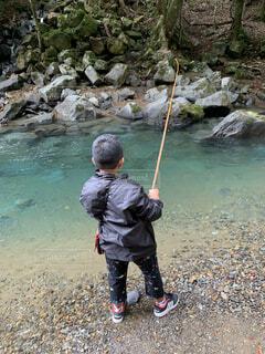 水の中に立っている小さな男の子の写真・画像素材[4879205]