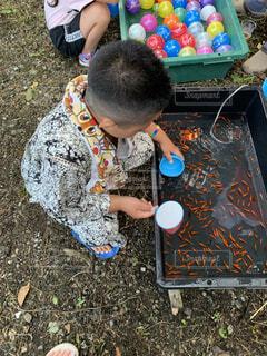 おもちゃで遊んでいる小さな男の子の写真・画像素材[4879208]