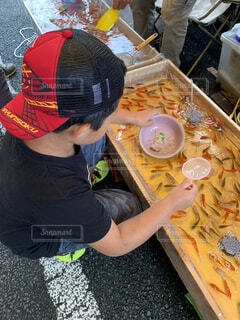男の子がボウルで食べ物を準備しているの写真・画像素材[4879211]