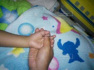 赤ちゃんを抱いている人の写真・画像素材[4880770]