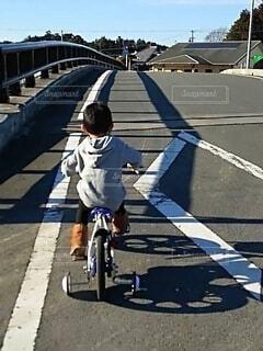 スケートボードに乗って道路の脇に上がる人の写真・画像素材[4880774]