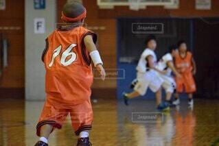 フットボールボールを持つバスケットボール選手の写真・画像素材[4871325]