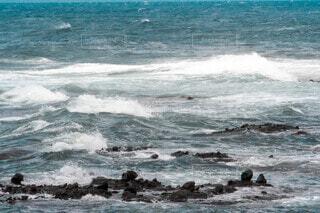 海でサーフィンをする人々のグループの写真・画像素材[4871330]