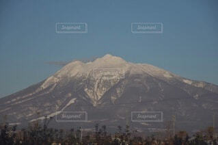 雪に覆われた山の眺めの写真・画像素材[4871509]