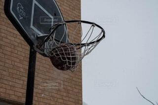 バスケットボールのフープのクローズアップの写真・画像素材[4871521]