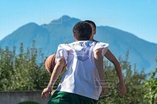 山の上に立っている若者の写真・画像素材[4877393]