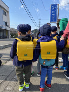 幼稚園手つないでいけるかなの写真・画像素材[4872581]