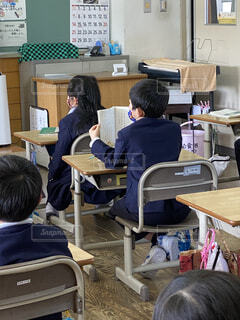 机に座っている人々のグループの写真・画像素材[4874716]