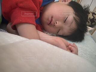 ベッドに横たわる赤ん坊の写真・画像素材[4875011]