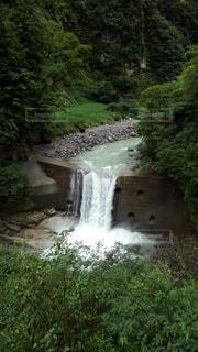 小さな滝の写真・画像素材[4873272]