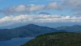 背景に山のある大きな水域の写真・画像素材[4872427]
