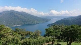 背景に山のある水の体の眺めの写真・画像素材[4872435]