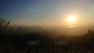 草原に沈む夕日の写真・画像素材[4872460]