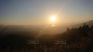 草で覆われた畑に沈む夕日の写真・画像素材[4872462]