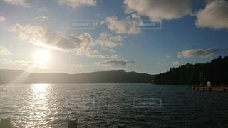 大きな水域に乗ったボートの写真・画像素材[4872465]
