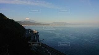 背景に山のある大きな水域の眺めの写真・画像素材[4872469]