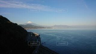 背景に山のある水の体の眺めの写真・画像素材[4872470]