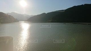 背景に山のある大きな水域の写真・画像素材[4872478]