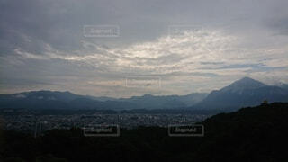 背景に広い山の眺めの写真・画像素材[4872489]