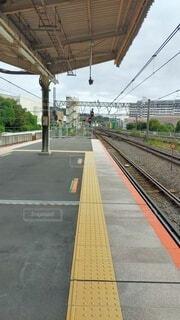 駅の近くで列車の線路を下って移動する列車の写真・画像素材[4872530]