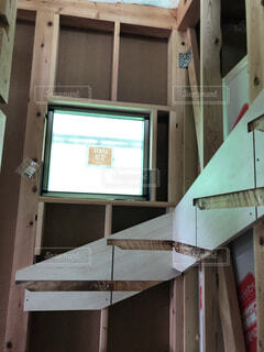 階段の足元を明るくする窓の写真・画像素材[4872692]