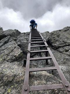 はしごを登る人の写真・画像素材[4874377]