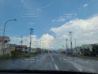車から見た青空の写真・画像素材[4872558]